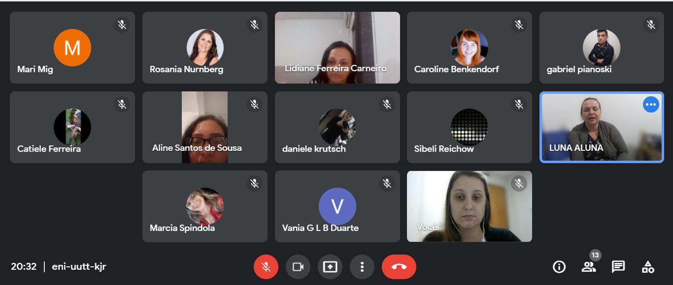 #Descrição da Imagem: print de tela mostrando a sala de reunião com 13 miniaturas de participantes.  Fundo cinza escuro.